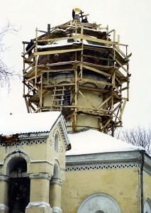 Поднятие крестов на главы восстановленного купола 10 февраля 1998 года