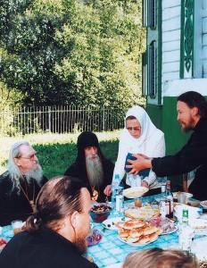 Посещение архиепископа Иоанна вдень его тезоименитства (80-летнего юбилея), Костромская область, с. Дворищи, 2006г.
