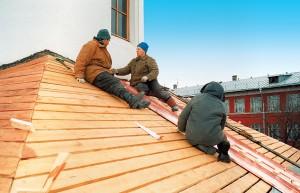 Восстановление храма: рабочие кроют крышу