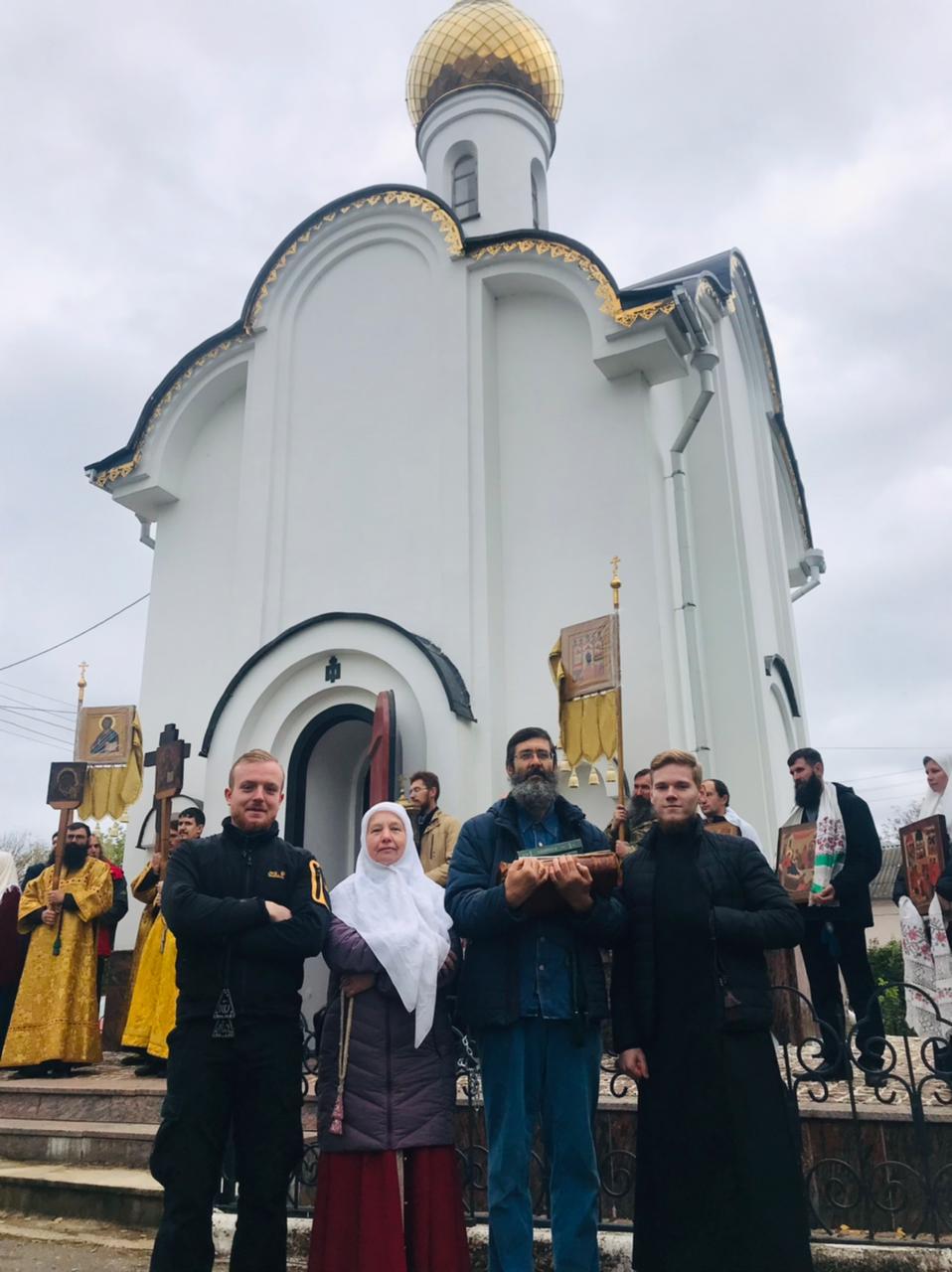 Остоженские клирошане у часовни в Боровске. Антоний, Татиана, Иоанн, Иоанн